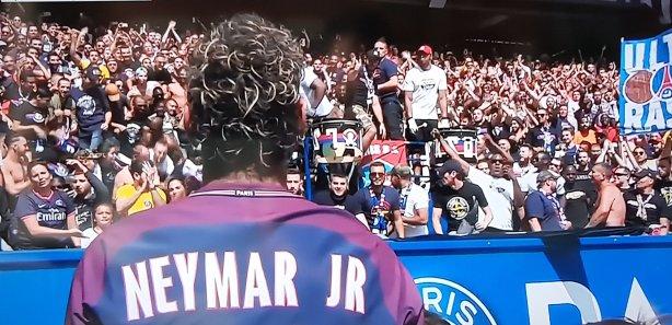 Neymar é apresentado a torcida do PSG