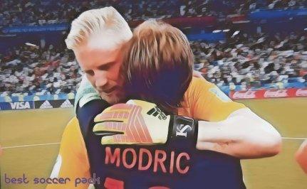 Modric e Schmeichel se abraçam após final de Croácia vs Dinamarca