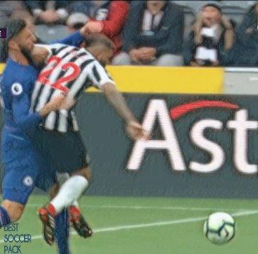 Yedlin cotovelada em Giroud gol Newcastle